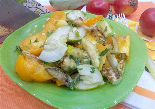 Салат зі смаженими кабачками, помідорами і огірками: покроковий рецепт з фото