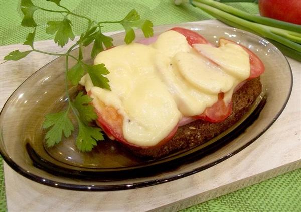Гарячий бутерброд з ковбасою, помідорами і сиром: покроковий рецепт з фото