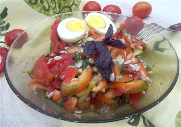 Салат з помідорами, солодким перцем і яйцями: покрокові фото, відео