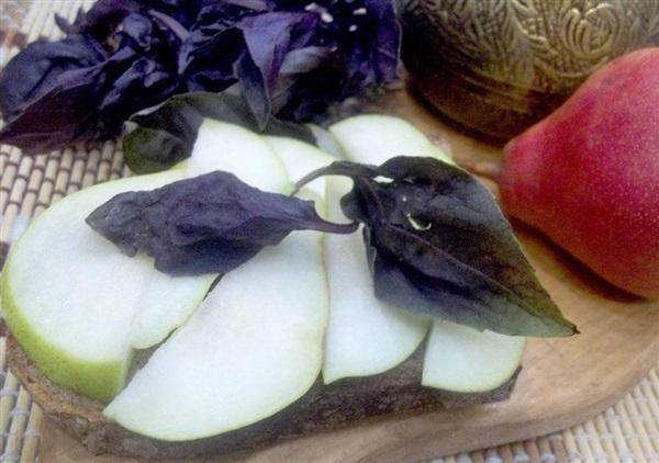 Брускетта з грушею, часником і базиліком: покрокові фото, відео